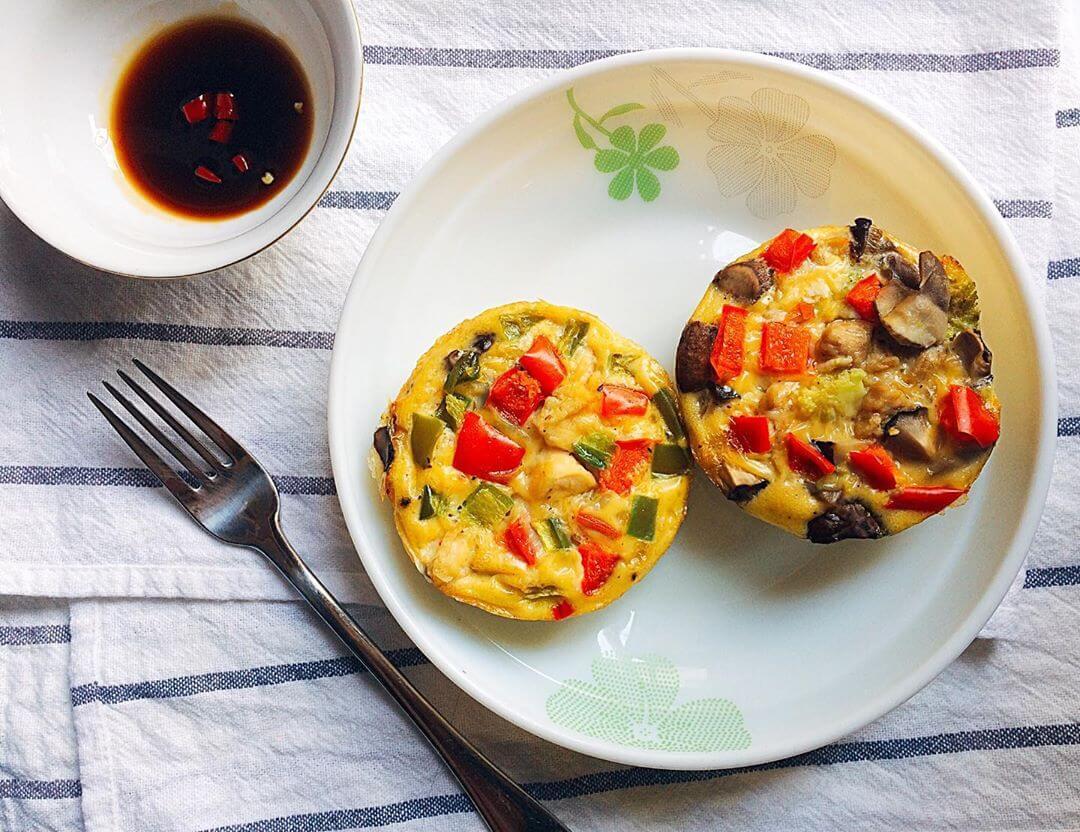 Muffin trứng ăn kèm với nước tương hoặc muối tiêu rất ngon!